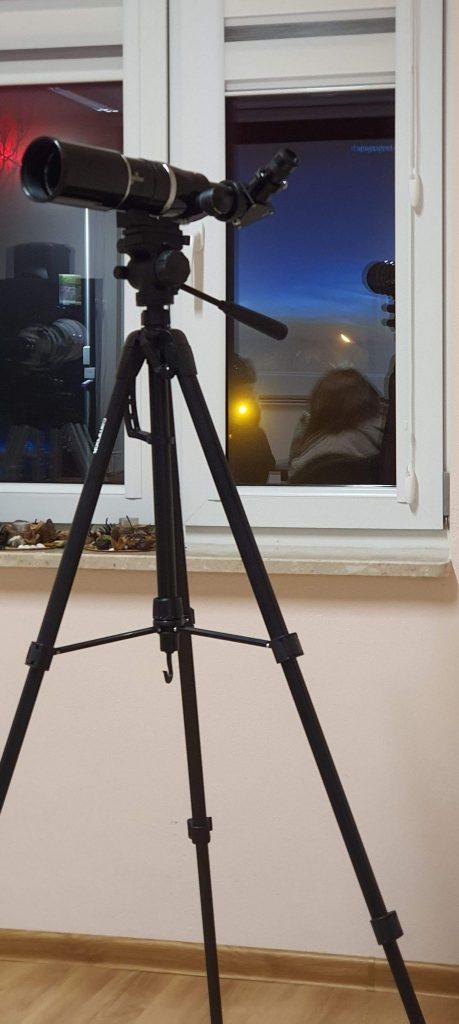 Fot2 – Lunetka 80/400 umocowana na typowym statywie fotograficznym