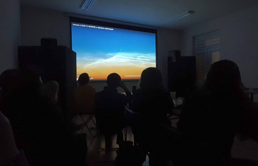 Fot4 – Prezentacja – obraz tegorocznej komety na fotografii